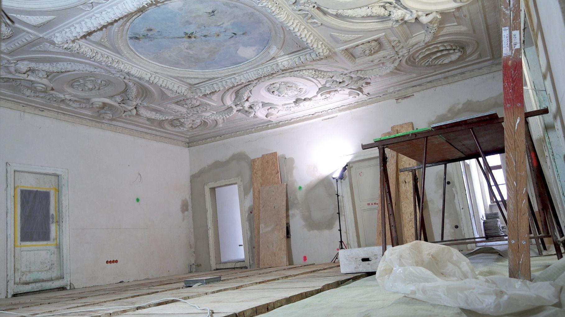 Der Innenraum des mittelalterlichen Gebäudes in der Augsburger Innenstadt, mit prachtvoller Stuckborte an der Decke.