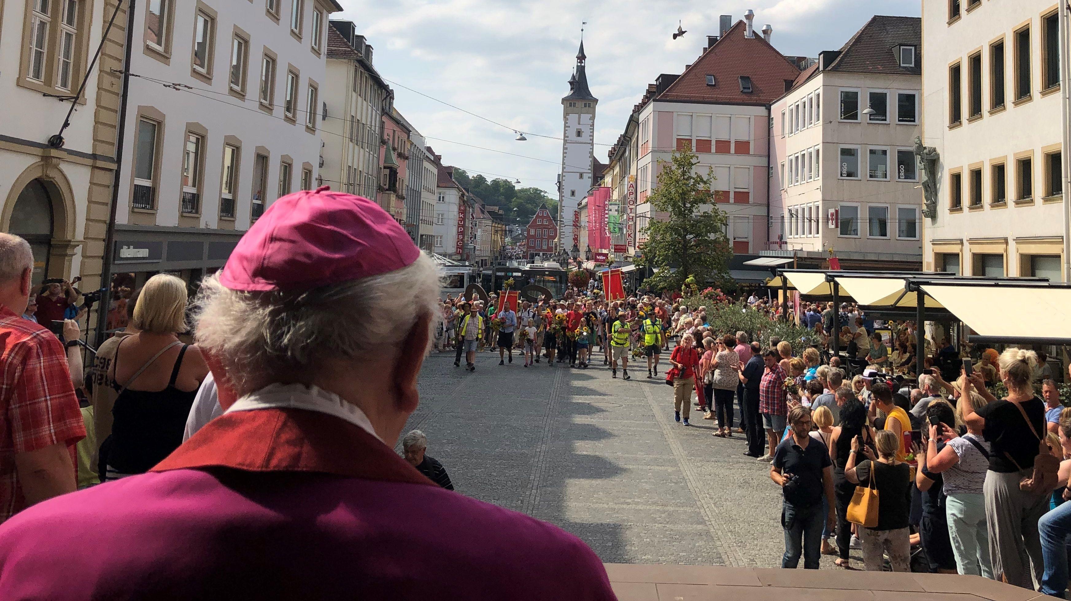 Der emeritierte Weihbischof Helmut Bauer empfing die Wallfahrer vor dem Dom.