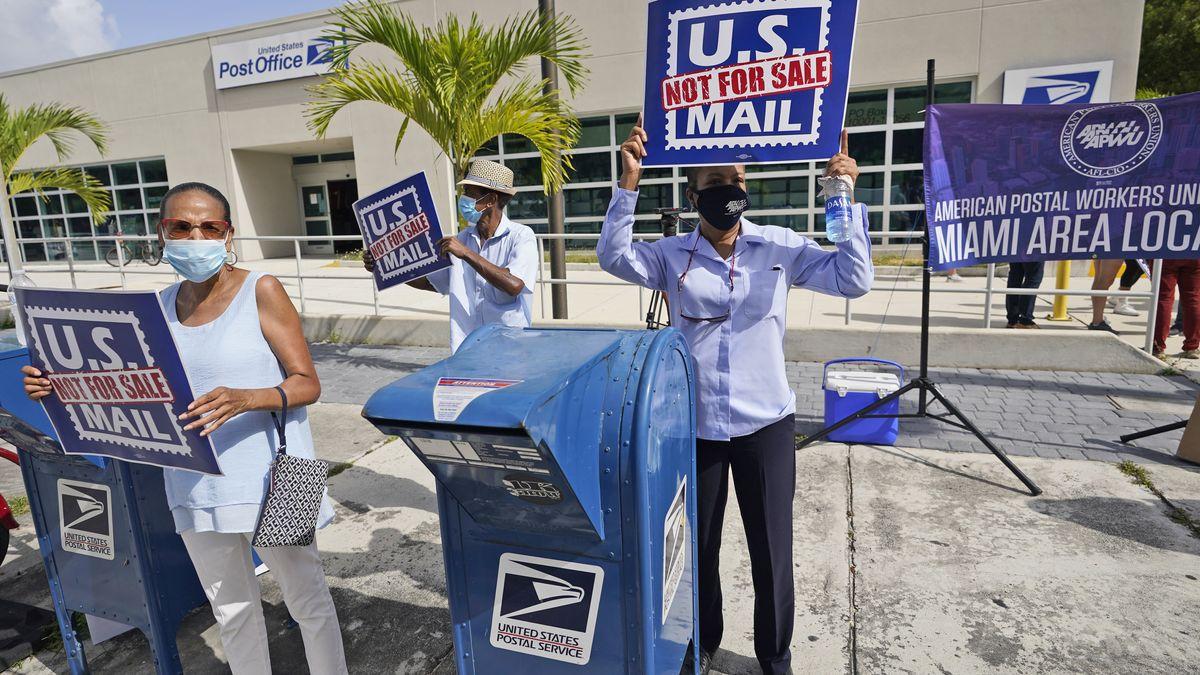 """USA, Miami: Menschen demonstrieren bei einer Kundgebung zur """"Rettung der Post"""" vor dem Postamt Flagler Station."""