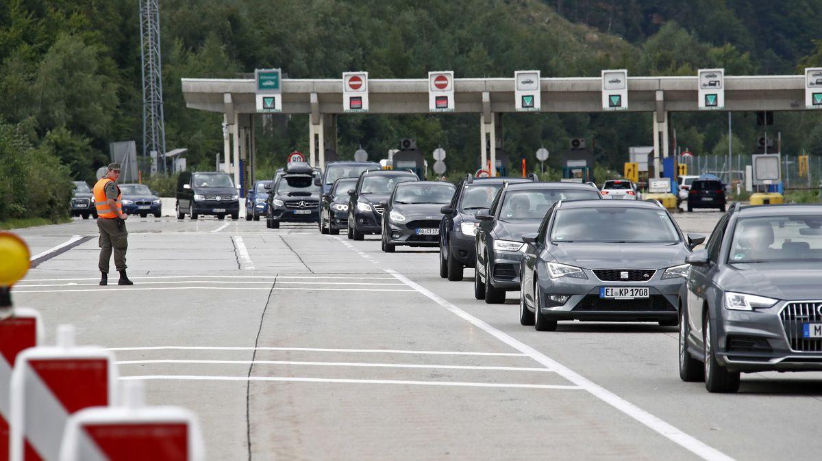 Polizeibeamte kontrollieren an der Grenze zwischen Slowenien und Österreich beim Karawankentunnel Fahrzeuge und Personen. Die seit Samstag geltende Verordnung zu den Grenzkontrollen bei der Einreise nach Österreich hat in der Nacht auf Sonntag für lange Staus gesorgt.