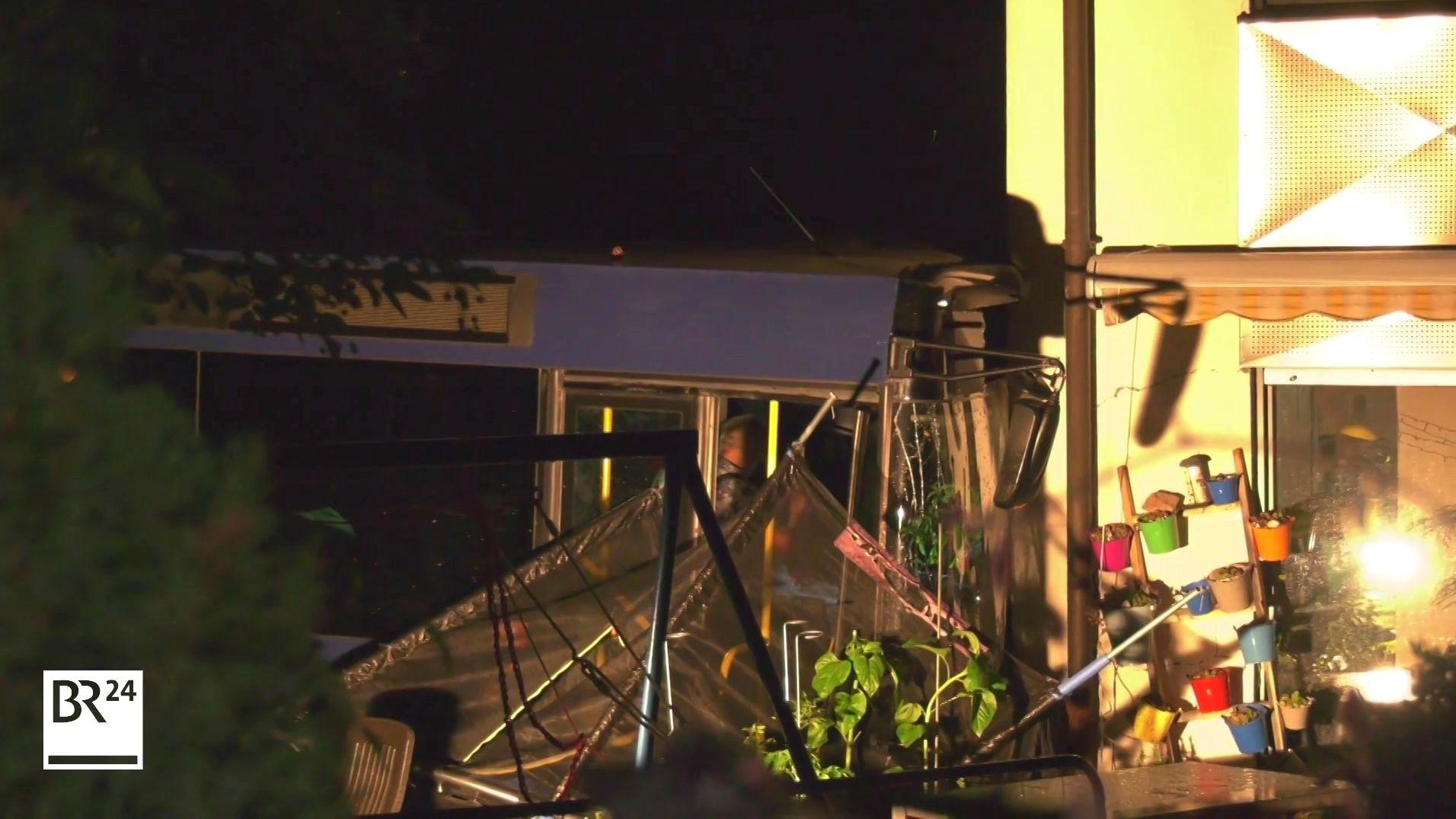 Unfallbus steht an einem Hauseck