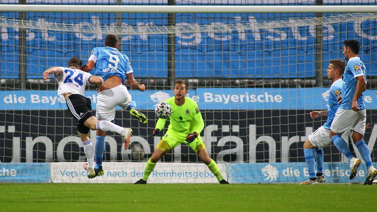 Sebastian Jacob (1.FC Saarbrücken) macht das Tor zum 0:1