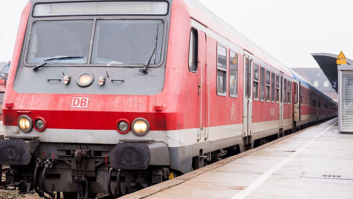 Regionalbahn am Bahnsteig (Symbolbild)
