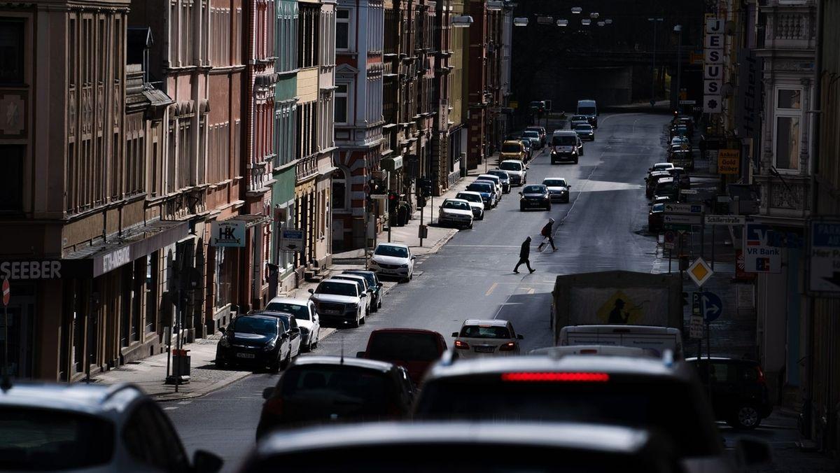 Passanten laufen in der Innenstadt über eine Straße. Die Stadt Hof hat mit einem Inzidenzwert von 268 derzeit einen der höchsten Wert Deutschlands..