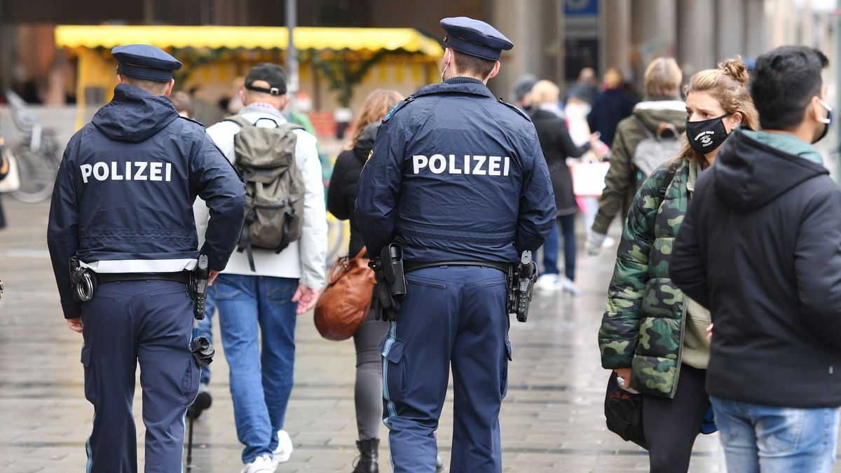 Polizisten in der Münchner Fußgängerzone, aufgenommen am 28.09.20.