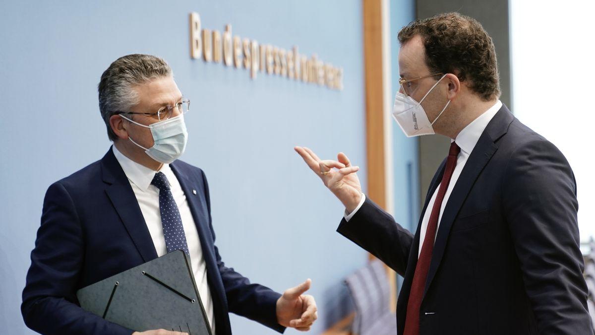 Bundesgesundheitsminister Jens Spahn und RKI-Chef Lothar H. Wieler im Gespräch nach einer Pressekonferenz zur aktuellen Lage in der Corona-Pandemie
