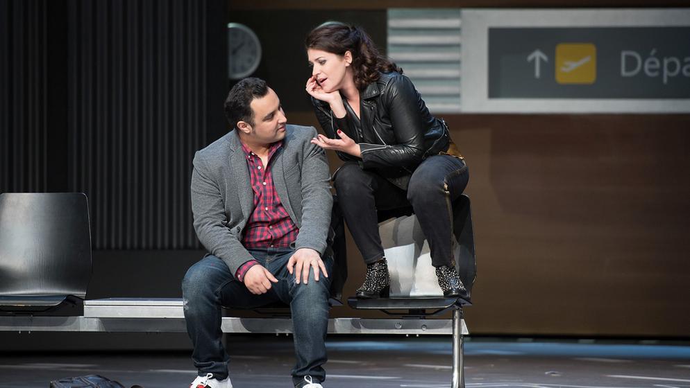 Manon Lescaut wartet mit Des Grieux vor der Lounge | Bild:Anna-Maria Löffelberger/Salzburger Landestheater