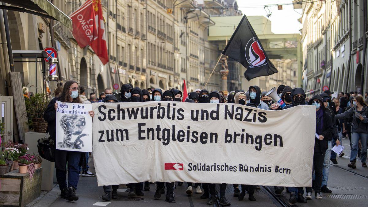 """Ein Protestzug zog bei der Kundgebung """"Solidarisch aus der Krise"""" durch die Straßen von Bern."""