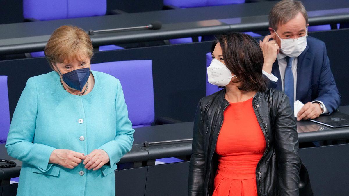 Heute im Bundestag: Bundeskanzlerin Angela Merkel und zwei, die ihr gern nachfolgen würden - Annalena Baerbock, Grüne und Armin Laschet, CDU.