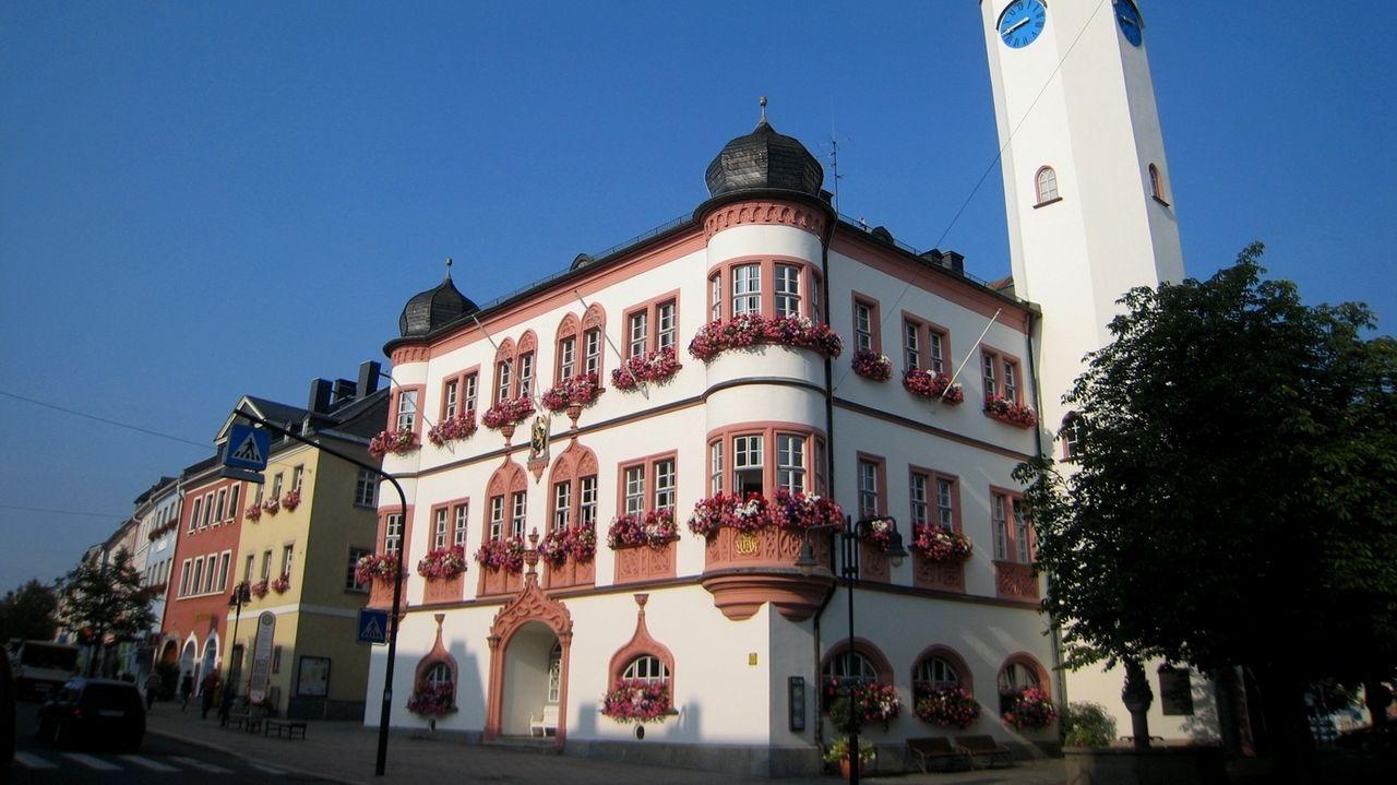 Das Rathaus Hof mit zwei Zwiebeltürmen.