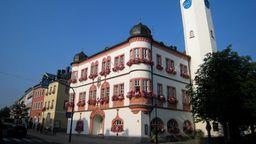 Das Rathaus Hof mit zwei Zwiebeltürmen. | Bild:Stadt Hof