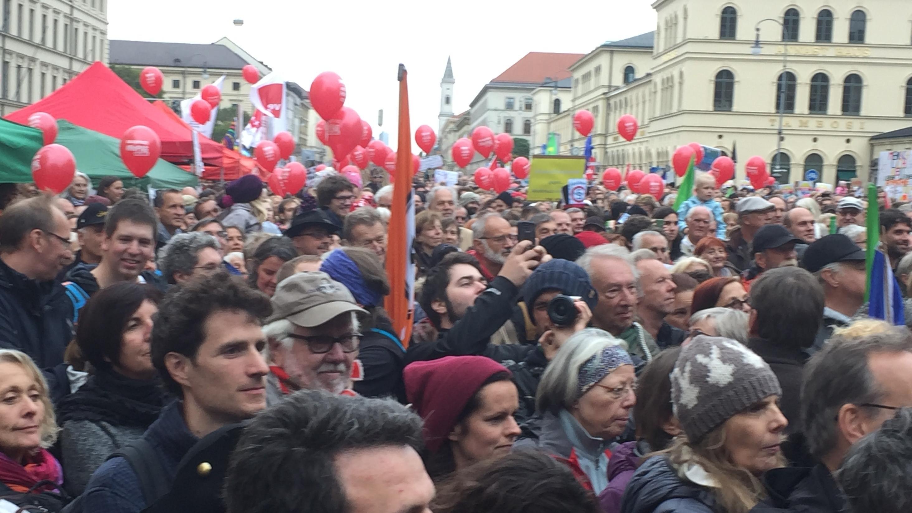 Mehrere Organisationen und Parteien hatten sich dem Aufruf zur Demonstration angeschlossen.