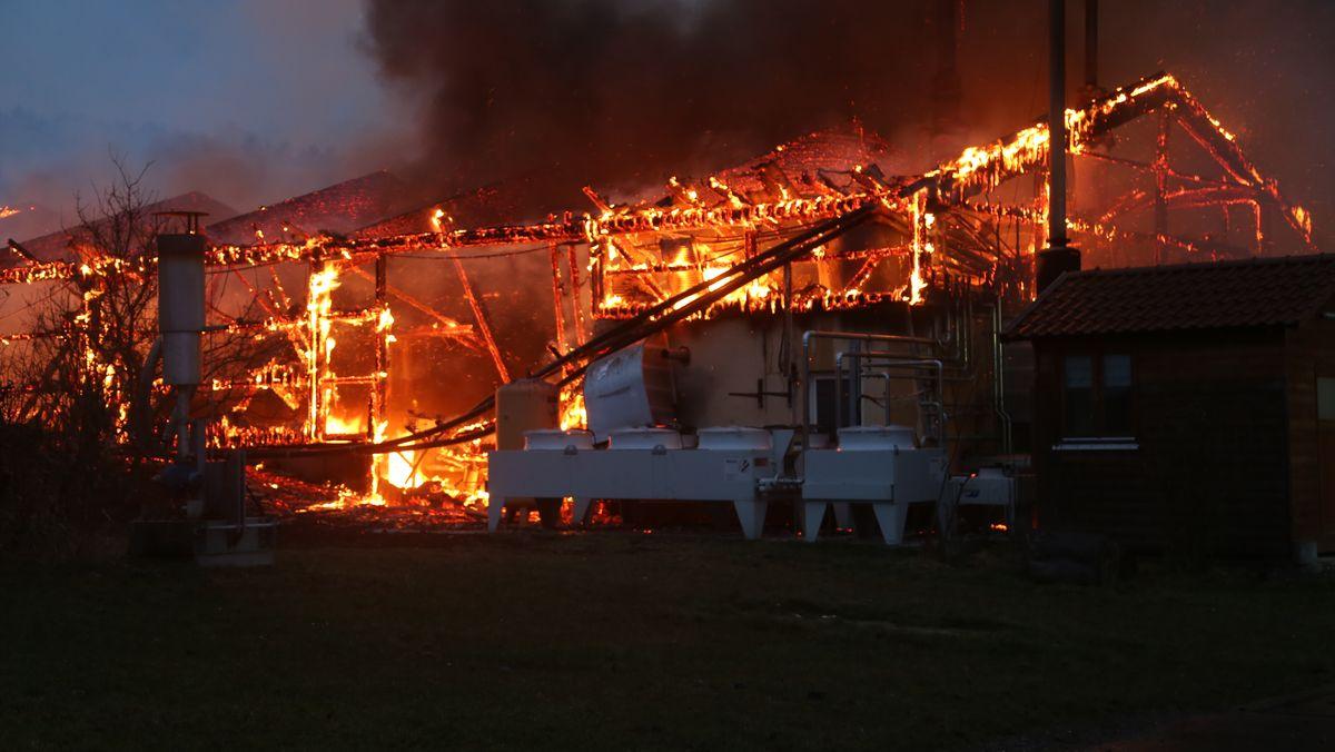Die noch glühende Ruine einer Maschinenhalle und einer Biogasanlage