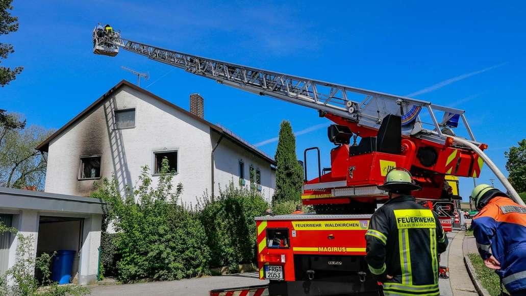 Einsatzkräfte vor dem Haus, in dem es gebrannt hat
