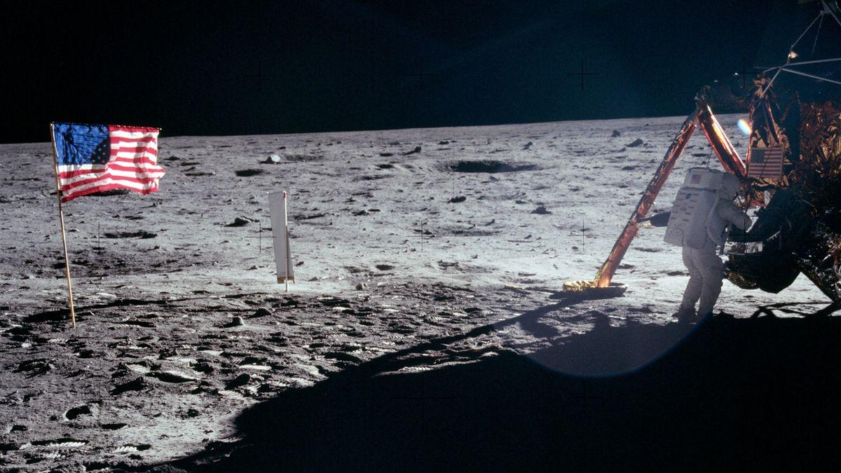 Eines der wenigen Fotos, die Neil Armstrong bei der ersten Mondlandung zeigen: Armstrong arbeitend am Eagle.