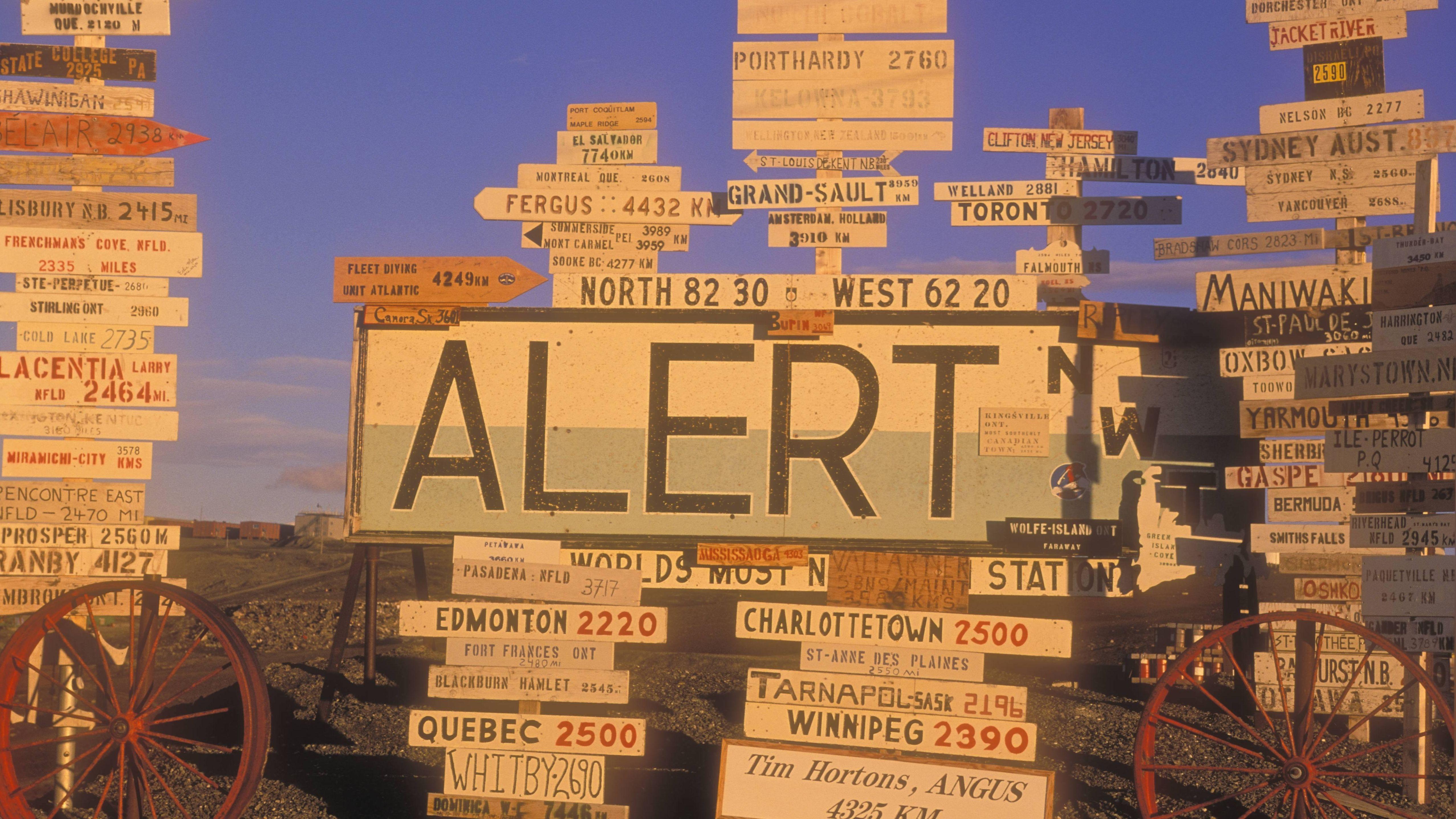 Wegweiser an der kanadischen Militärbasis CFS Alert auf der Ellesmere Insel in Nunavut, Canada