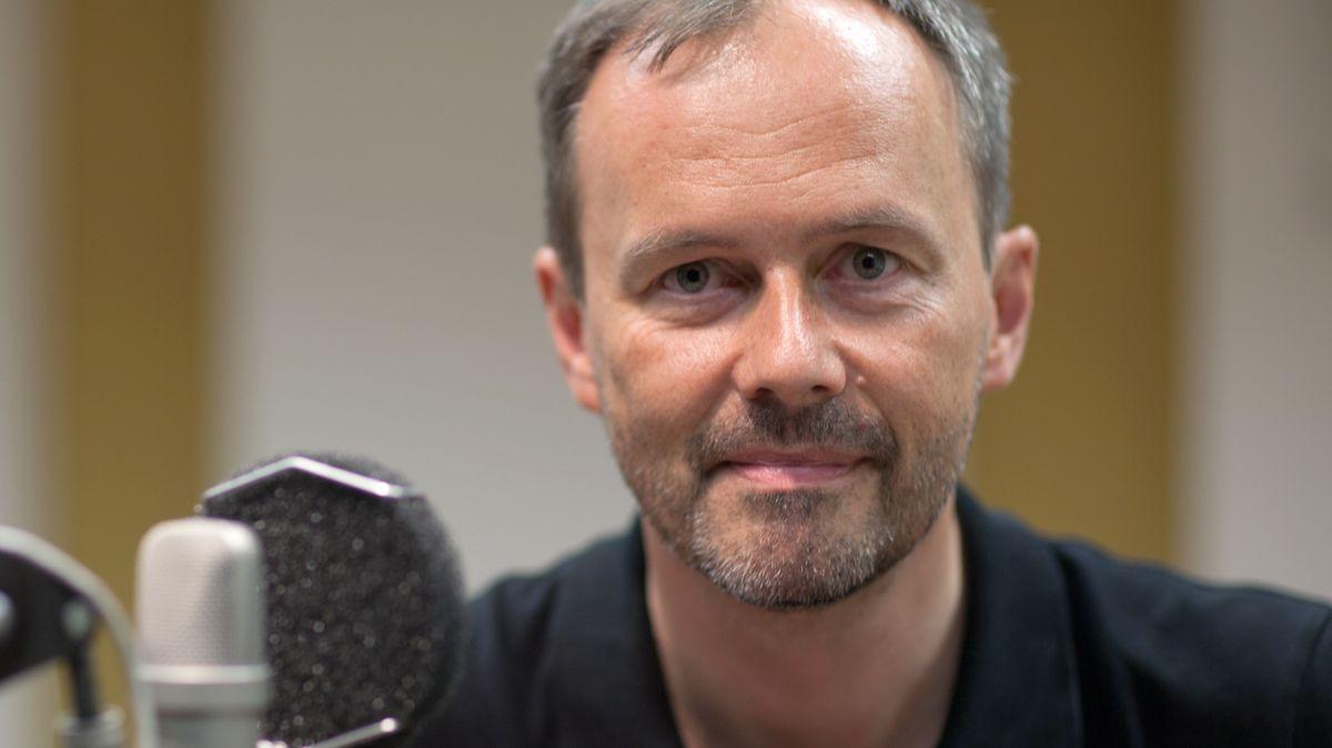 Bernd Hagenkord, Leiter der deutschsprachigen Redaktion von Radio Vatikan, sitzt vor in Vatikanstadt vor einem Mikrofon (undatierte Aufnahme).