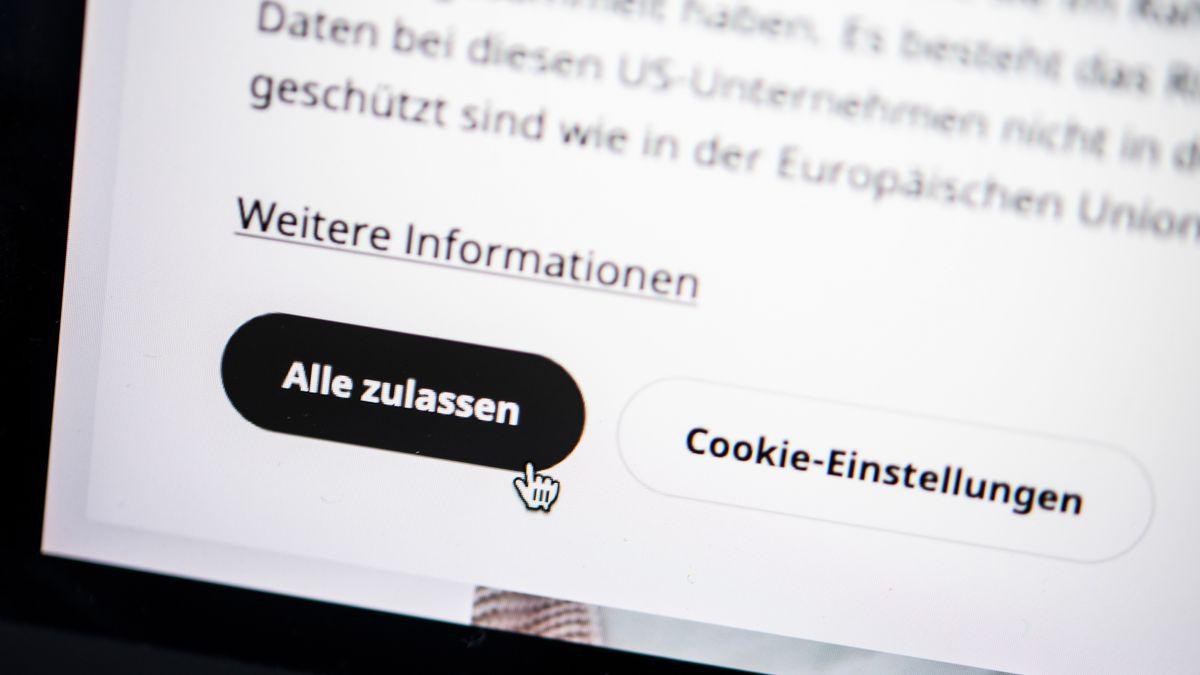 """Ein Computer-Bildschirm zeigt einen Cookie-Hinweis mit den Optionen """"Alle zulassen"""" und """"Cookie-Einstellungen""""."""