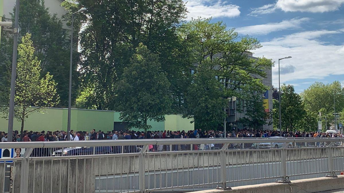 Menschen warten am Wahlnachmittag vor dem rumänischen Konsulat am Effnerplatz in München.