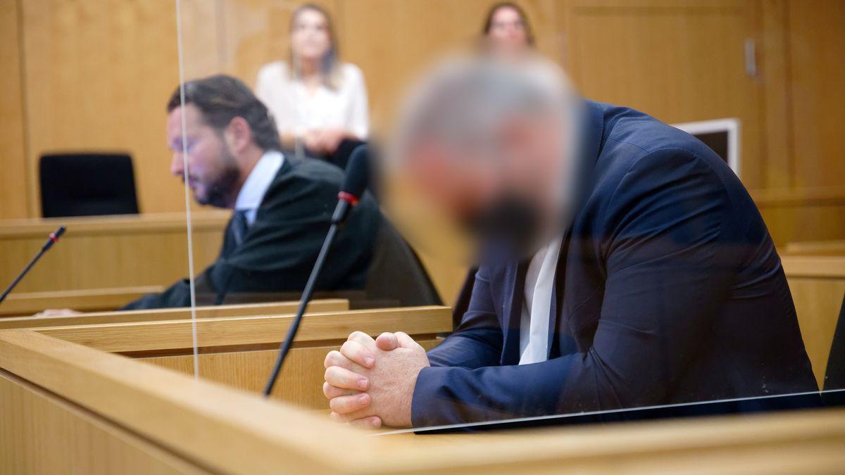 Der Angeklagte (re.) im Gerichtssaal