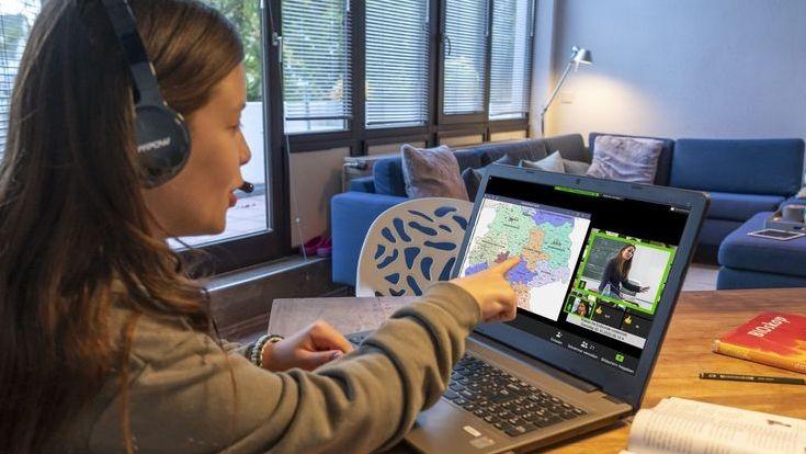 Ein Mädchen lernt zu Hause per Homeschooling