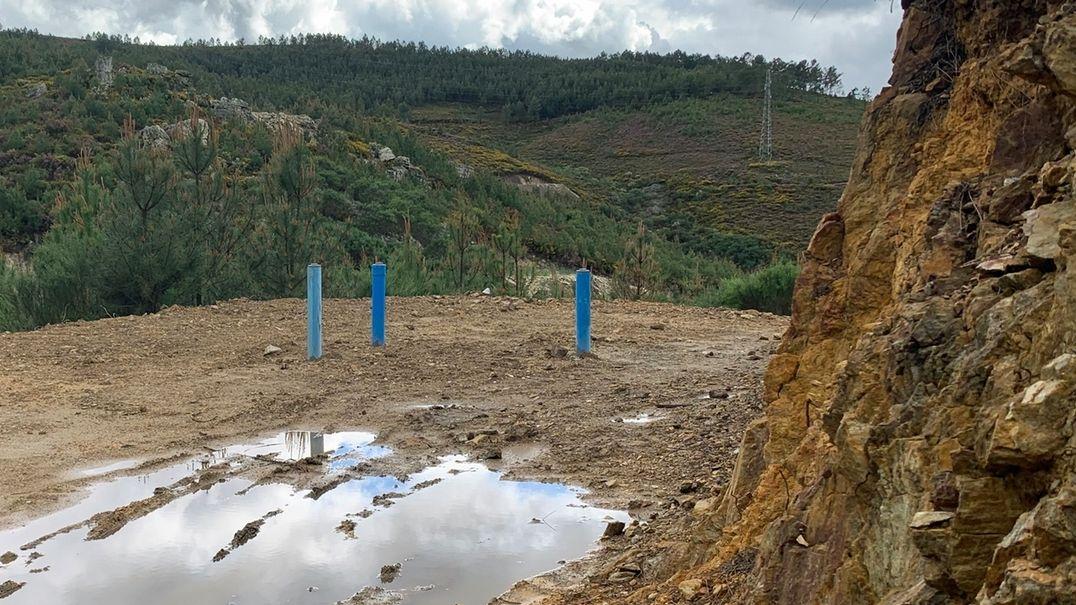 Steinbruch statt Grünfläche: Probebohrungen für das Lithiumbergwerk im Norden Portugals haben die idyllische Landschaft bereits schwer geschädigt.