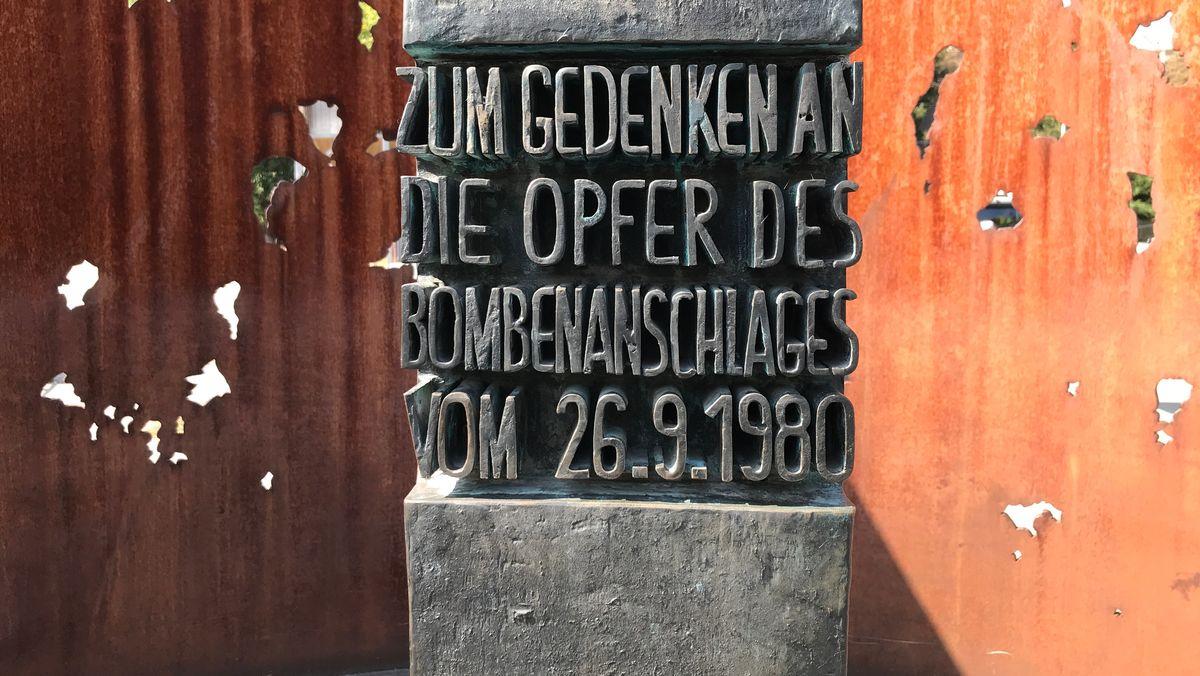 """""""Zum Gedenken an die Opfer des Bombenanschlages vom 26.9.1980"""", steht auf dem Denkmal am Eingang der Theresienwiese in München"""