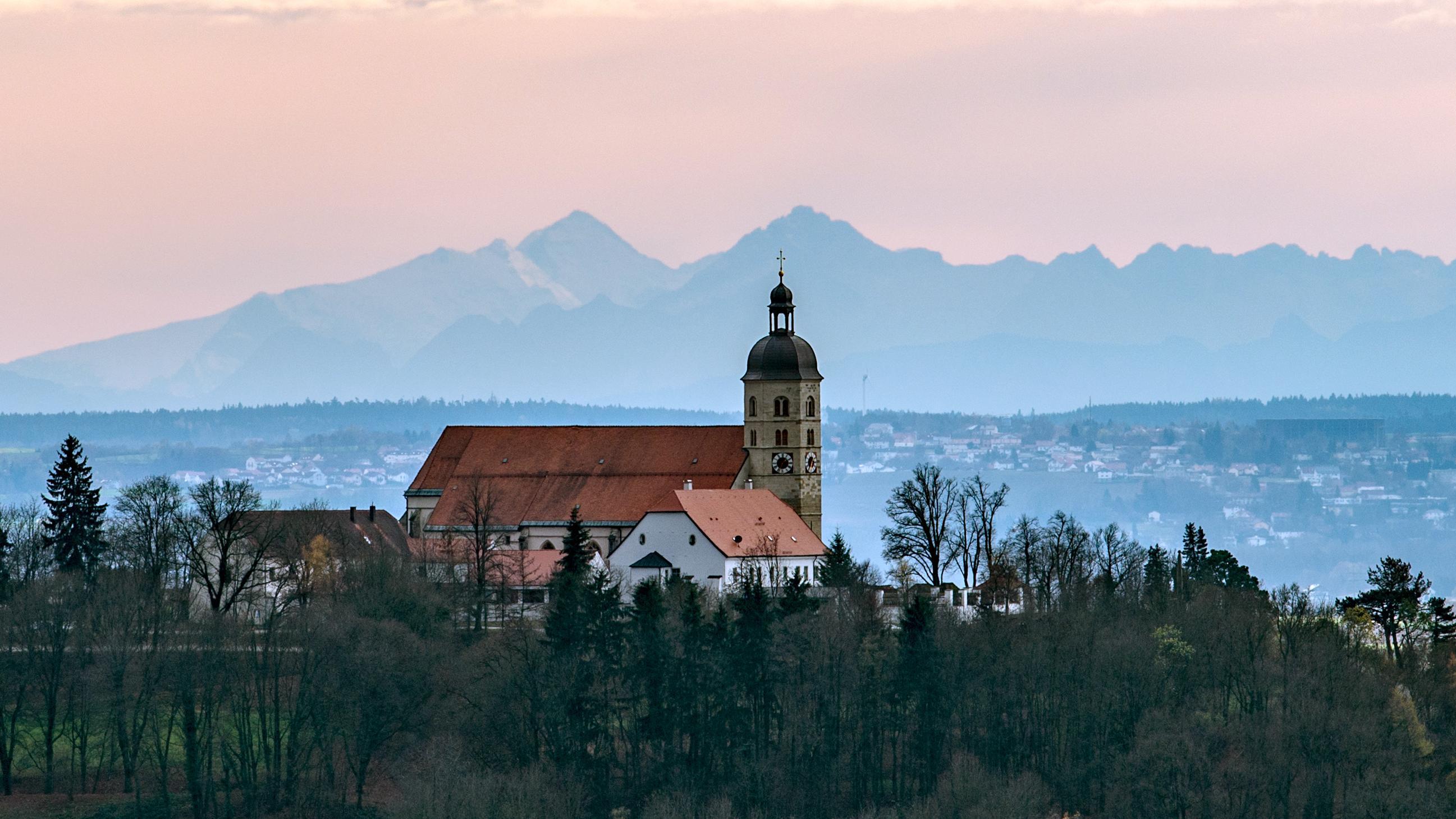 Die Kirchen Kirche Sankt Maria Himmelfahrt auf dem Bogenberg in Niederbayern.