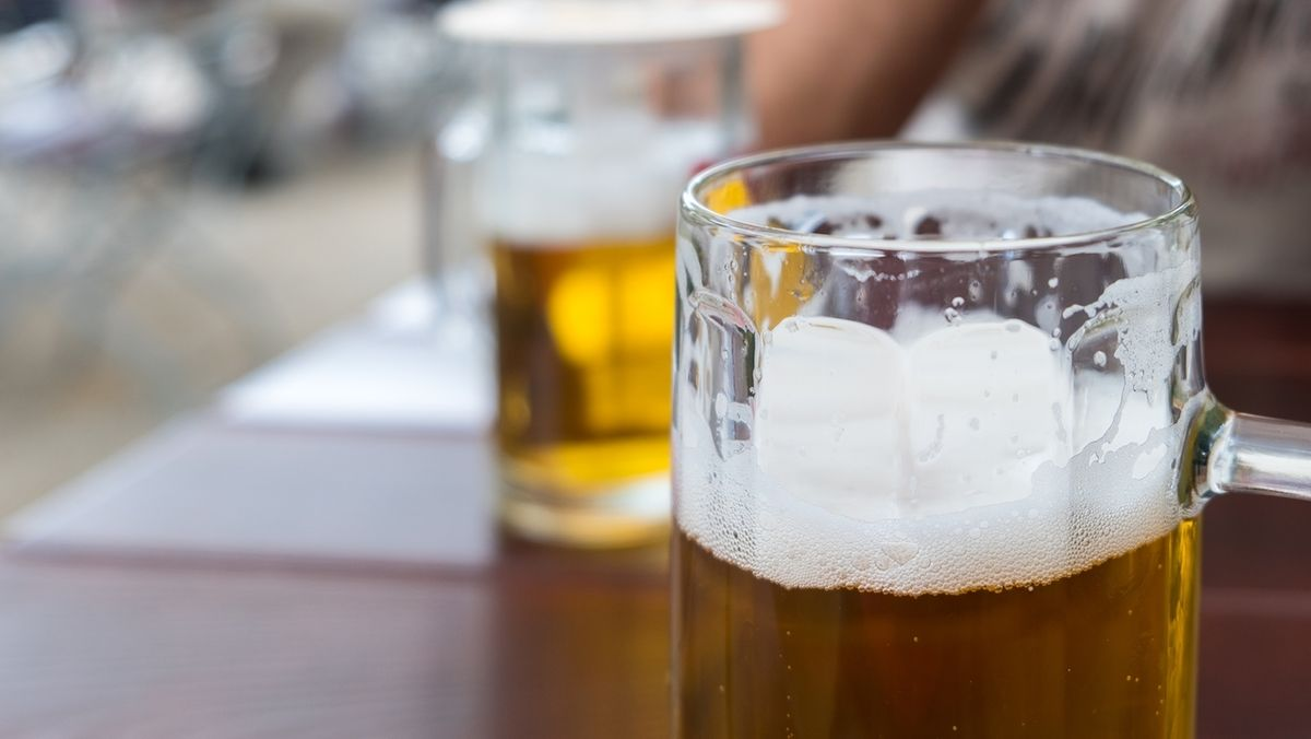Zwei gefüllte Bierkrüge stehen auf einem Tisch.