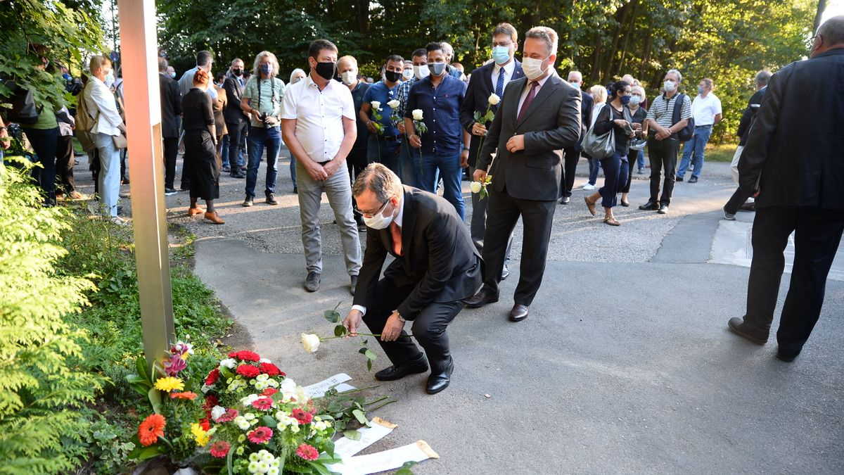 Blumenniederlegung an der Gedenkstele