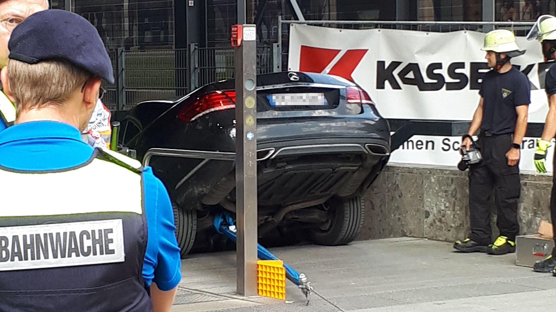 Unfall in München: Ehepaar fährt mit Auto in die U-Bahn