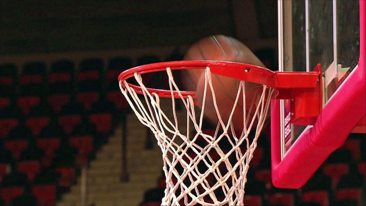 Ein Basketball fällt in einen Korb.