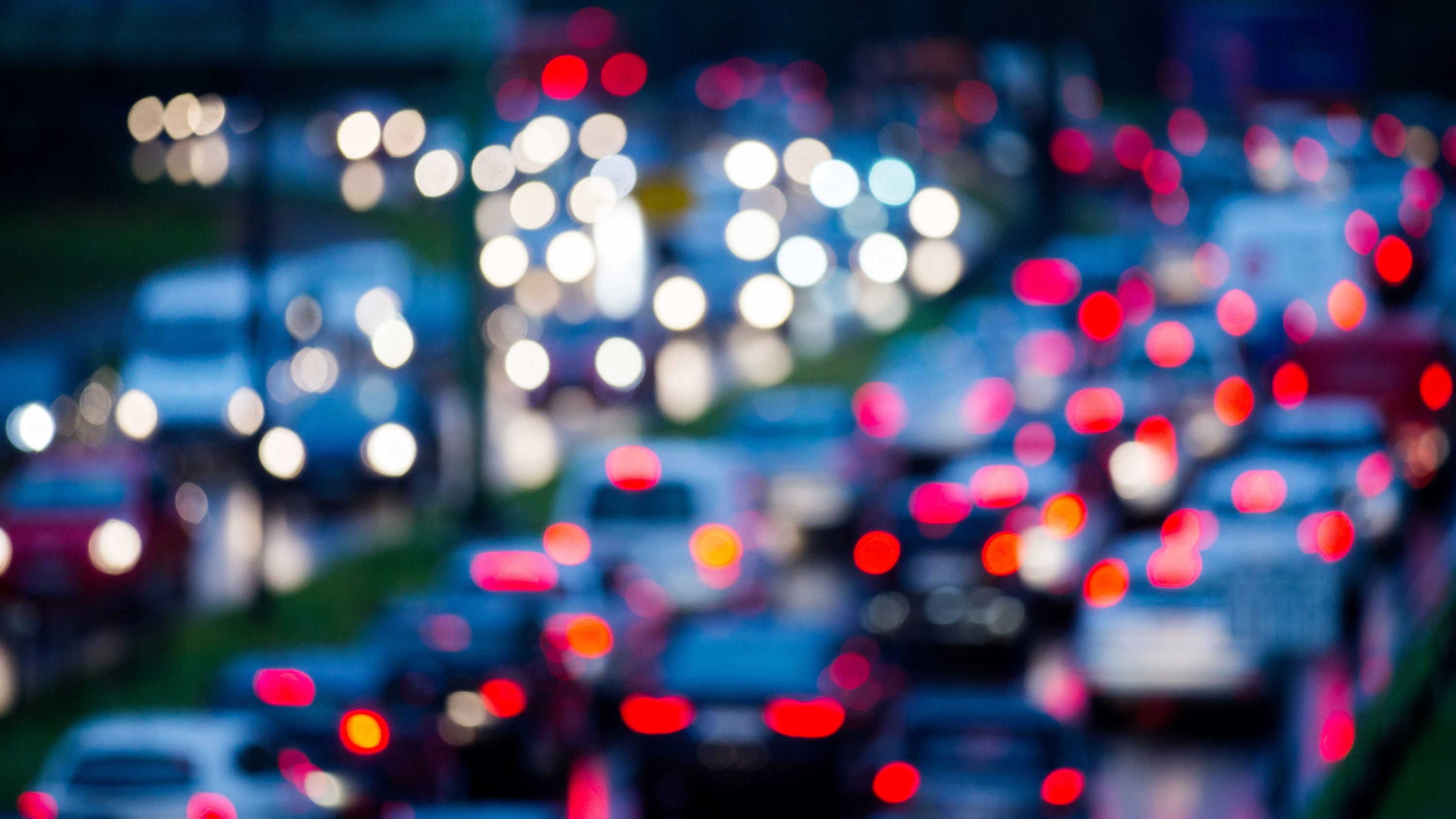 Autos stehen im morgendlichen Berufsverkehr im Stau (Symbolbild)