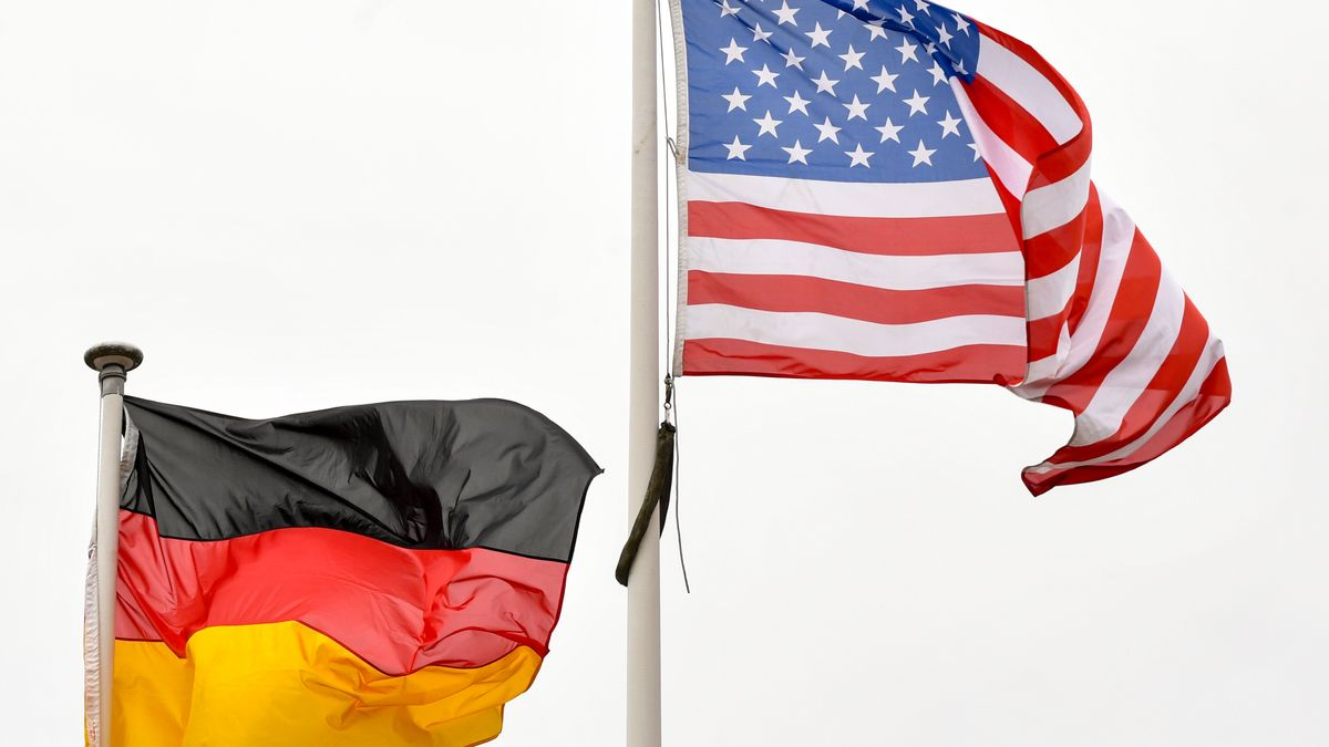 Die Flaggen Deutschlands und der USA wehen im Wind