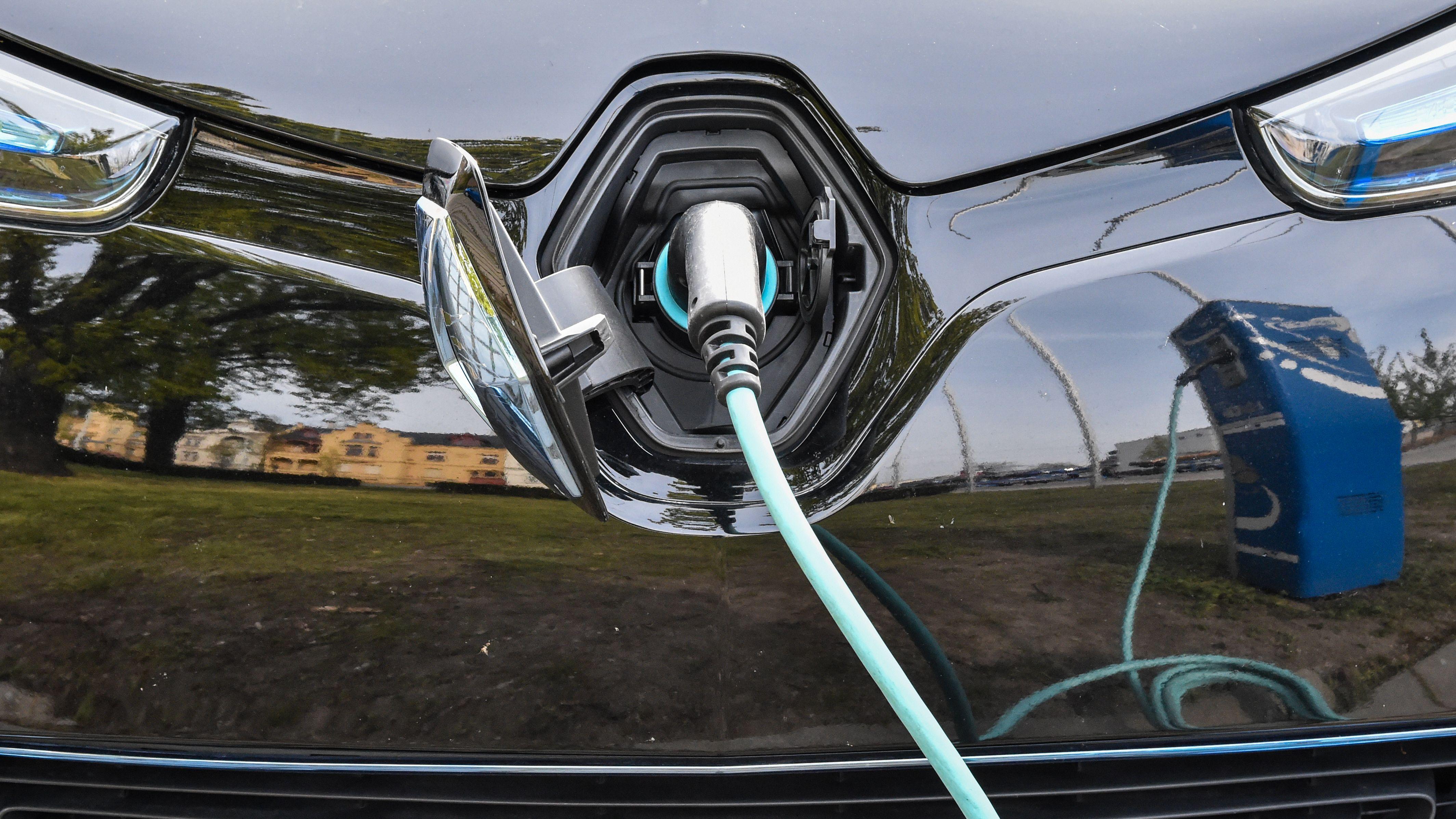 Ein Elektroauto vom Typ Renault Zoe wird an einer Ladesäule aufgeladen.
