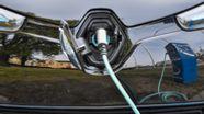 Ein Elektroauto vom Typ Renault Zoe wird an einer Ladesäule aufgeladen. | Bild:dpa/Patrick Pleul