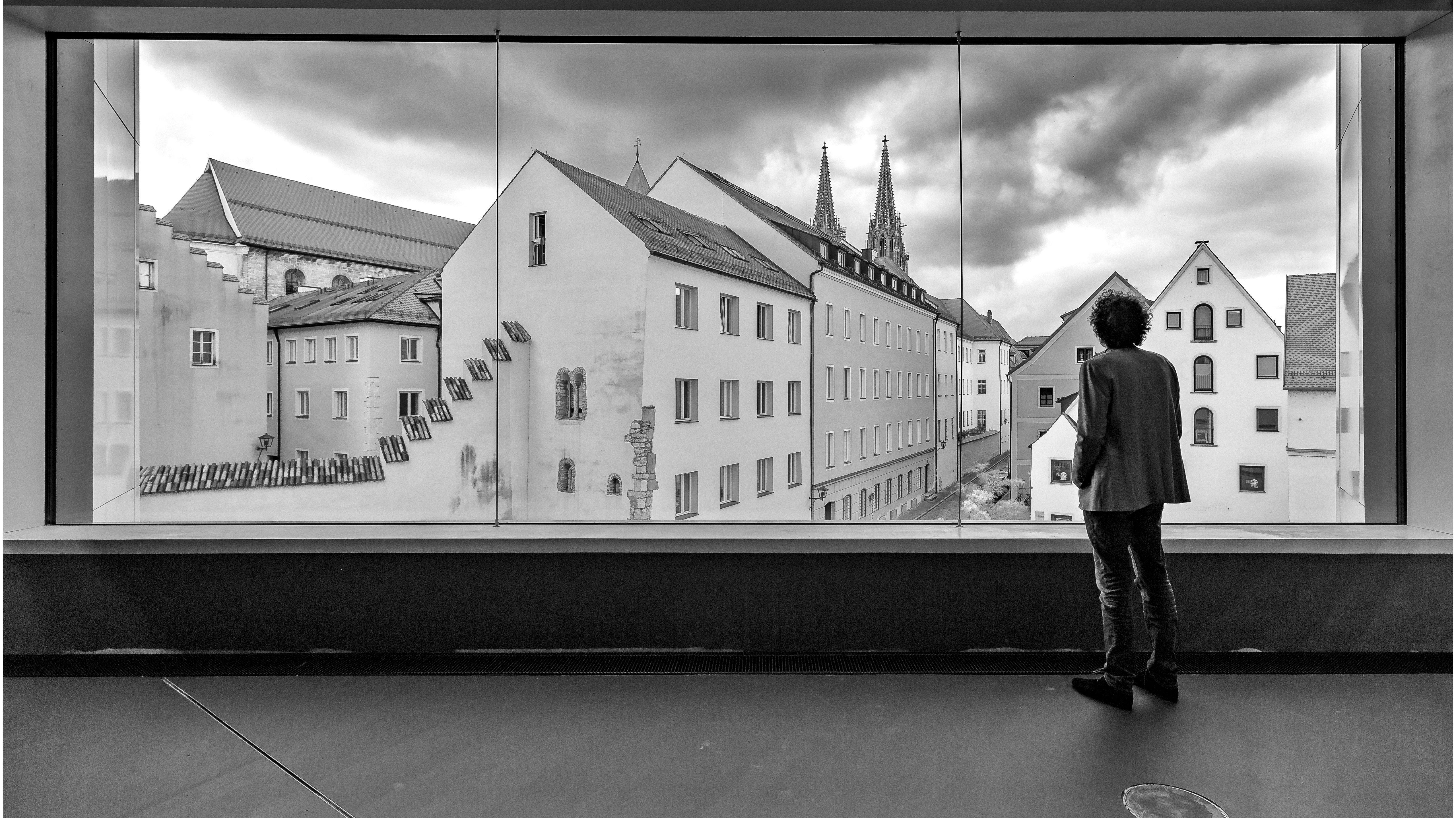 Das große Panoramafenster im Obergeschoss des Museums erlaubt einen spektakulären Ausblick auf die Domtürme und die Altstadt.