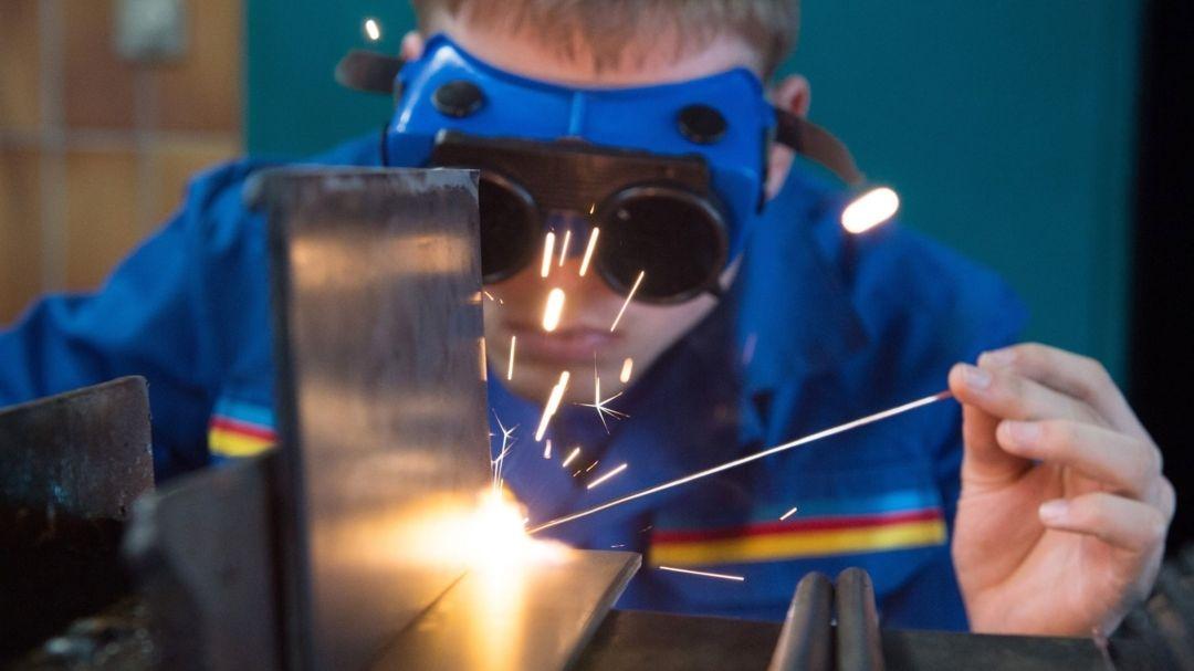 Ein Auszubildender demonstriert in einer Werkstatt des Berufsbildungszentrums der Handwerkskammer das Gasschweißen