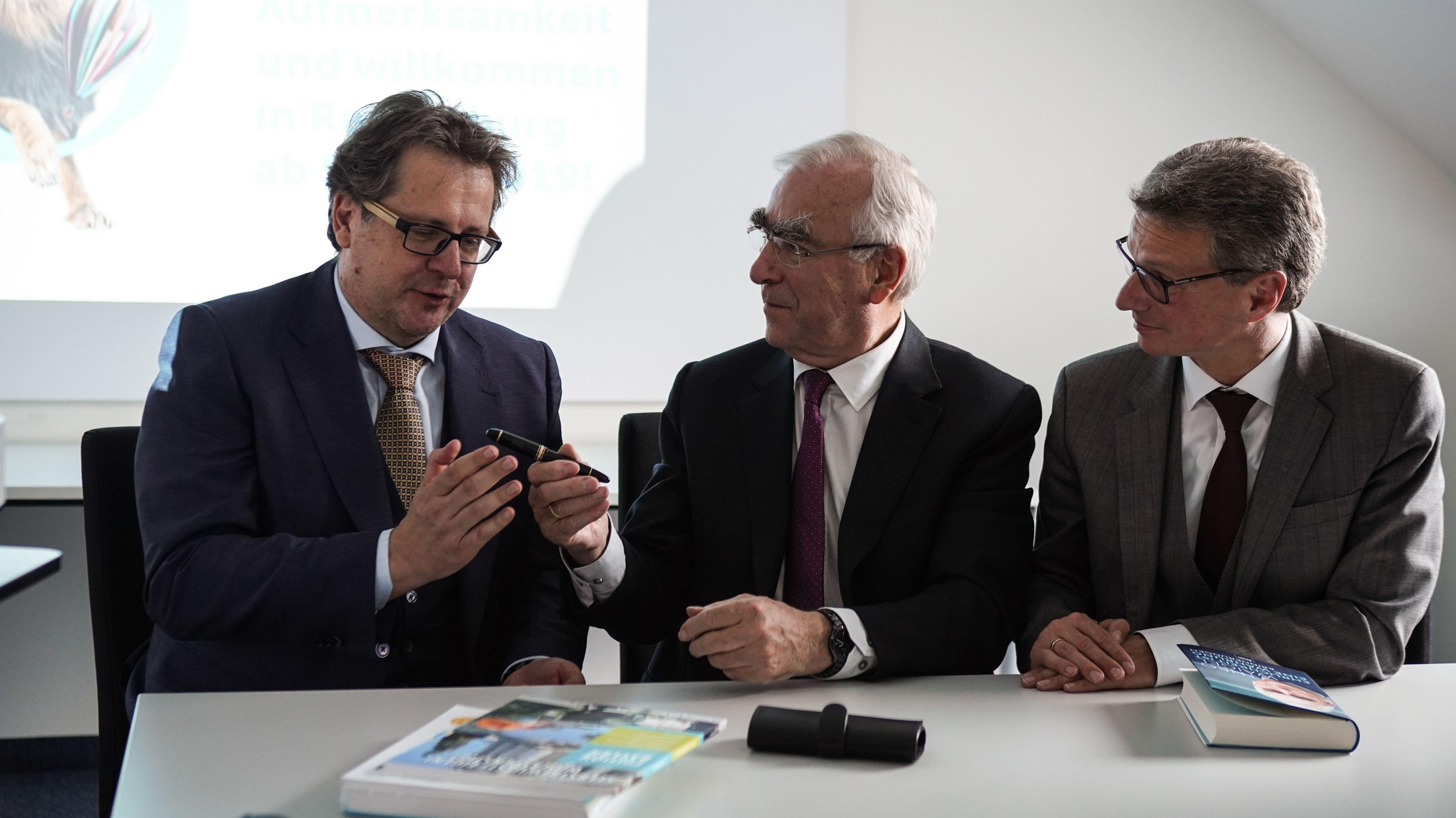 Theo Waigel (Mitte) übergibt Maastricht-Füller an Richard Loibl und an Kunstminister Bernd Sibler (rechts).