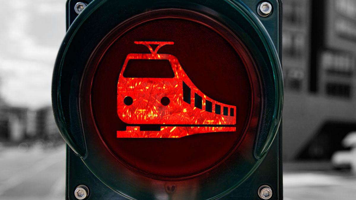 Rote Verkehrsampel mit Bahnsymbol