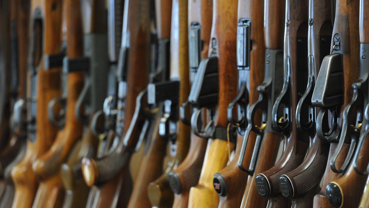 Zahlreiche Waffen, die von der Polizei bei einer Wohnungsauflösung gefunden wurden.