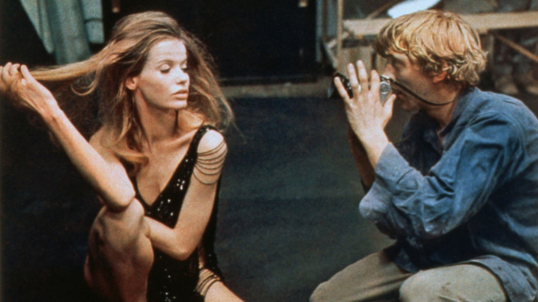 """Szene aus dem Film """"Blow Up"""": """"Veruschka"""" posiert für einen Fotografen, gespielt von David Hemmings"""