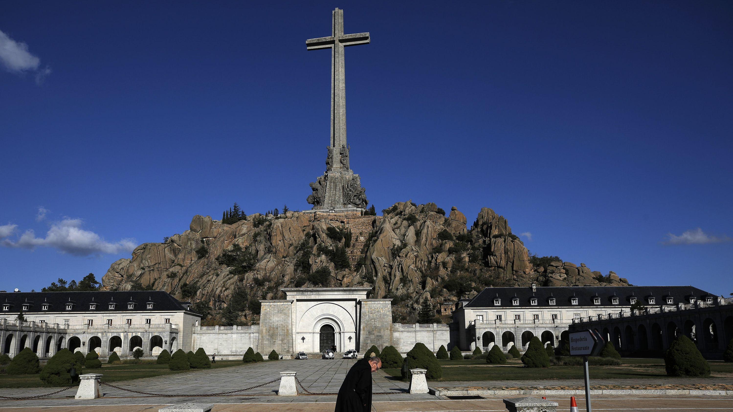 """Francos bisherige Grabstätte befindet sich im """"Tal der Gefallenen""""-Mausoleum nordwestlich von Madrid."""