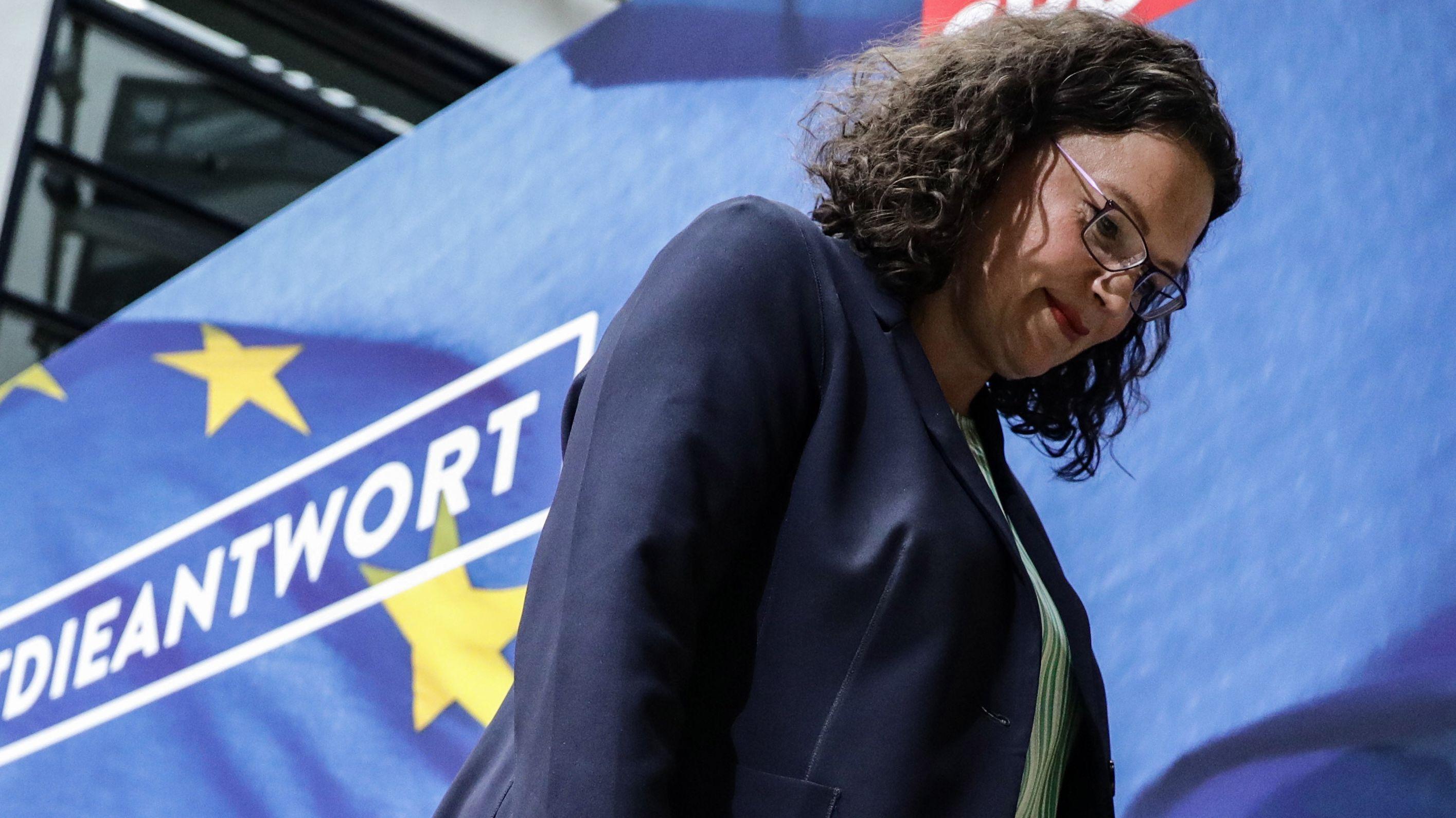 Andrea Nahles verlässt nach einer Pressekonferenz das Podium