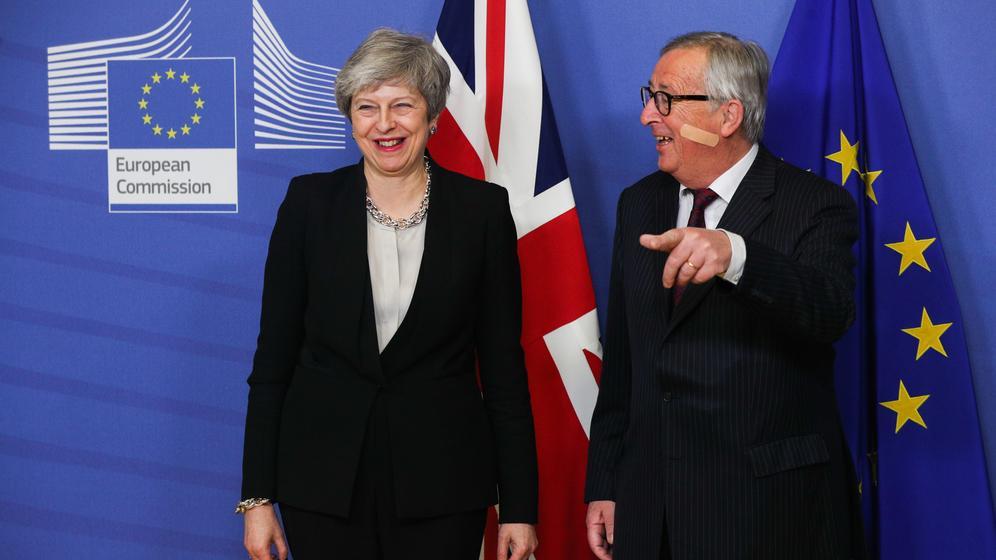 EU-Kommissions-Präsident Jean-Claude Juncker mit Premierministerin Theresa May in Brüssel | Bild:picture alliance / Photoshot