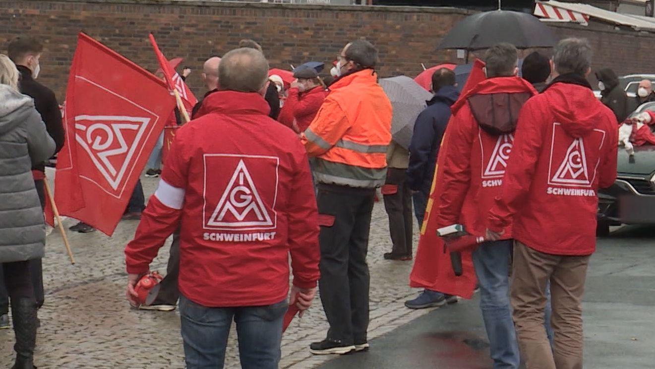 Mitglieder der IG Metall in roter Kleidung