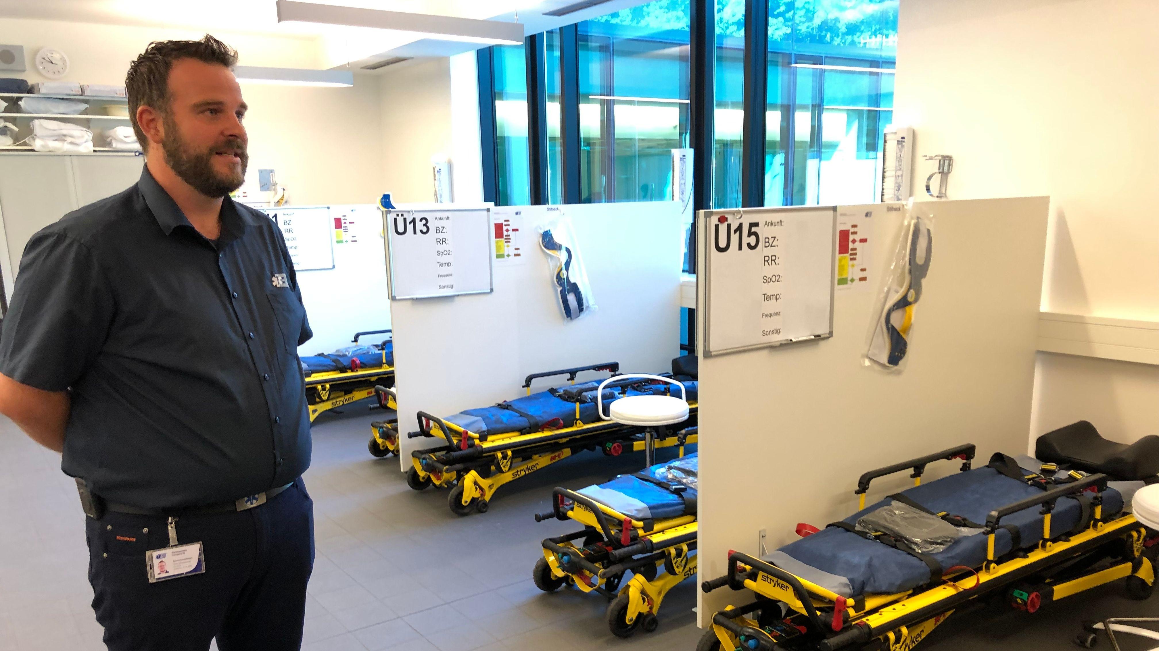 Patrick Schönfelder von der Oktoberfest-Sanitätsstation der Aicher-Ambulanz zeigt die Liegen in der Wiesn-Sanitätswache.