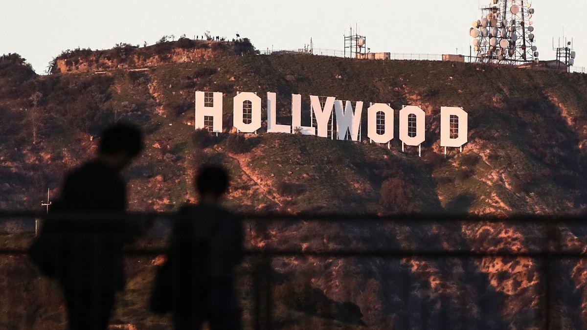 Schatten vor dem berühmten Schriftzug von Hollywood