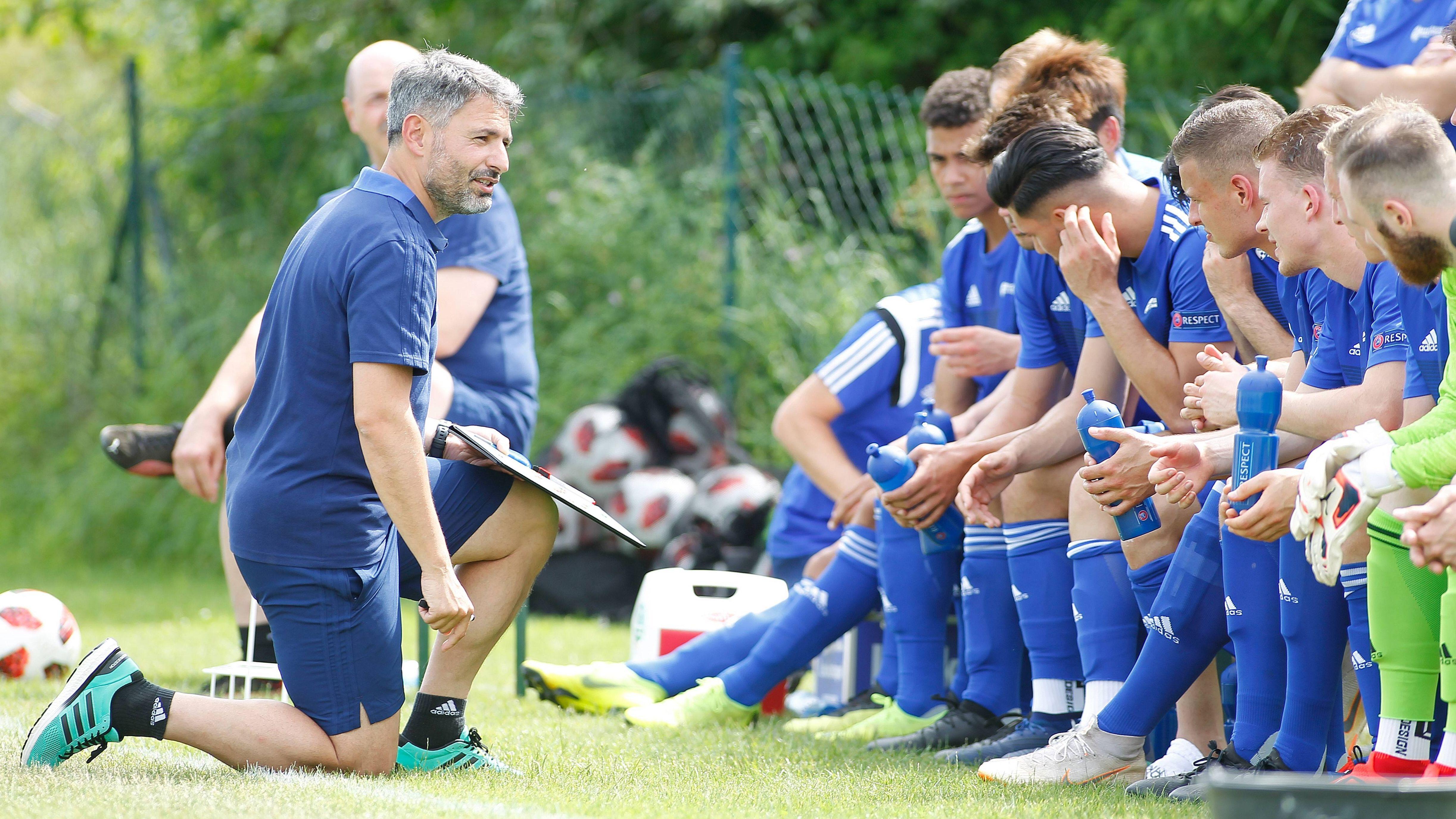 Trainer  Engin Yanova (links) und die bayerische Auswahl bei einem Testspiel