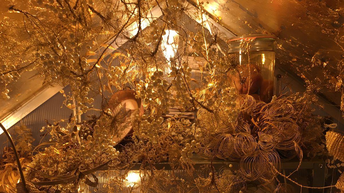 Blumen, Blätter und Gräser, gefertigt aus Golddraht, Goldblech und Perlen